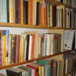 """本棚に""""ホコリ""""が溜まった場合の掃除方法と溜めないための対策"""